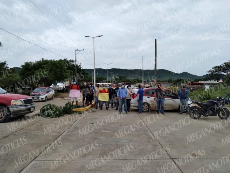 Habitantes de Huamuchil bloquean acceso de San Dionisio del Mar