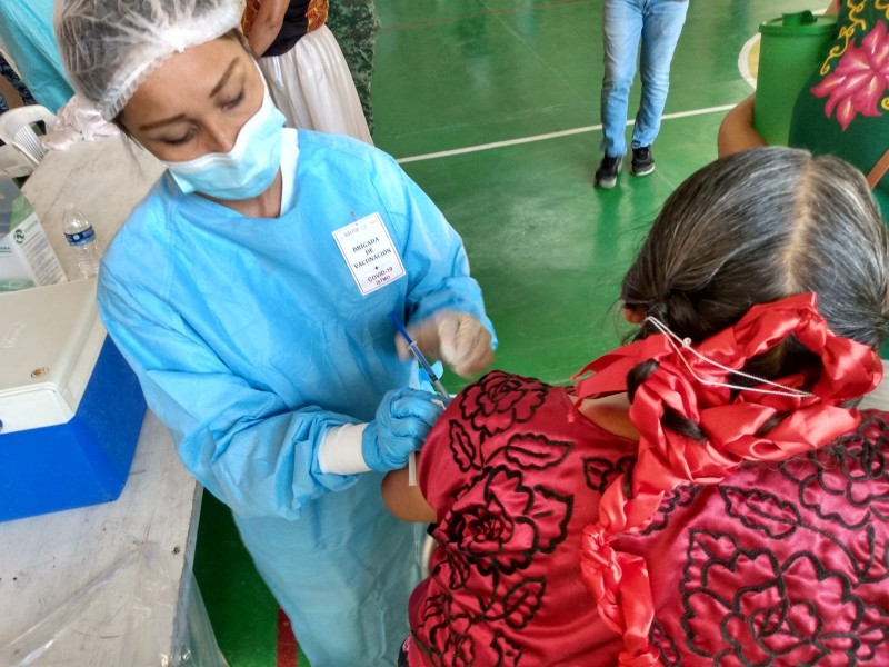 Habitantes de La Venta se trasladan a Juchitán para vacunarse