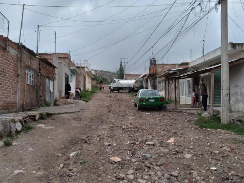 Habitantes de Lomas de Medina sufren desabasto de agua potable