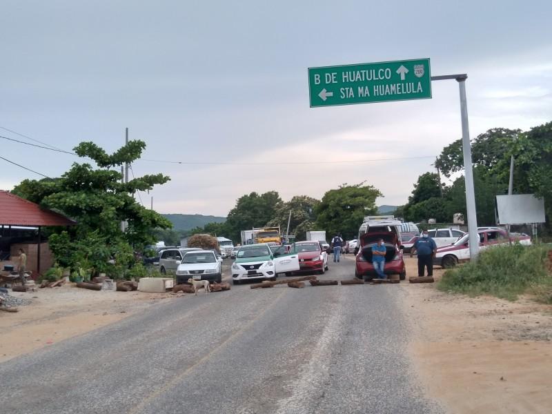 Habitantes de Santa María Huamelula exige obras prioritarias; persiste bloqueo