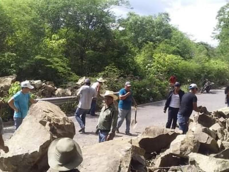Habitantes de Sierra nayarita liberan carretera bloqueada por deslave