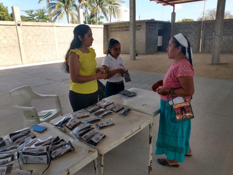 Habitantes de Xadani reciben lentes gratuítos