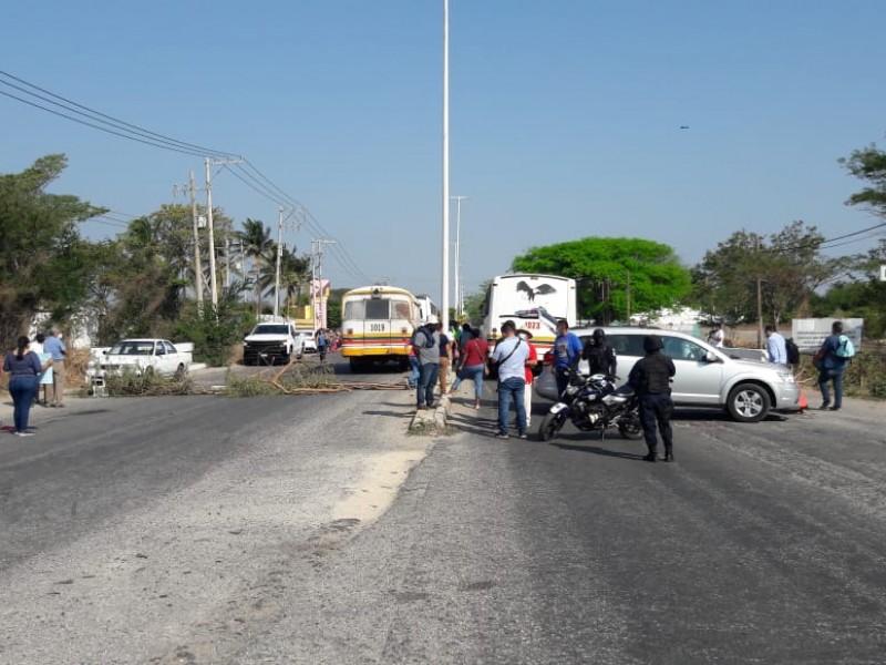 Habitantes del Espinal realizan bloqueo carretero
