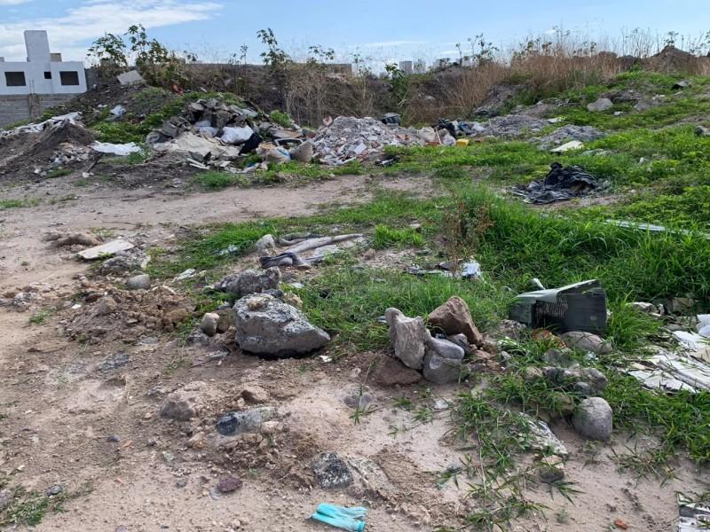 Habitantes siguen tirando basura en drenes
