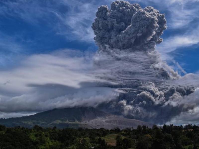 Hace erupción el monte Sinabung en Indonesia