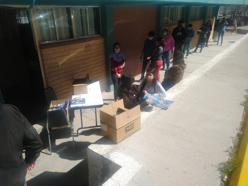 Hacen entrega de libros a estudiantes en Conalep
