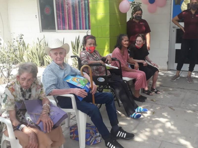 Halagan con muchos regalos a los abuelitos del asilo
