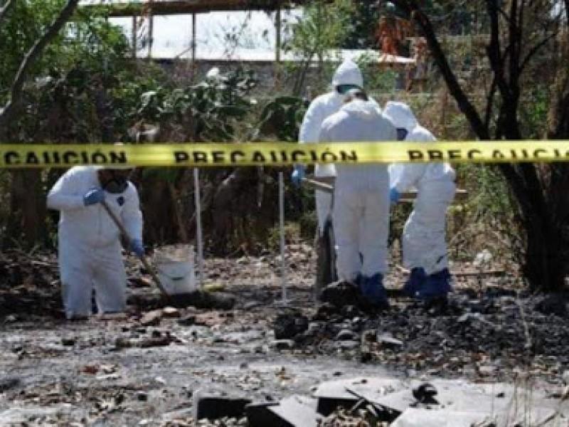 Hallan en Michoacán fosa clandestina con 12 cuerpos en
