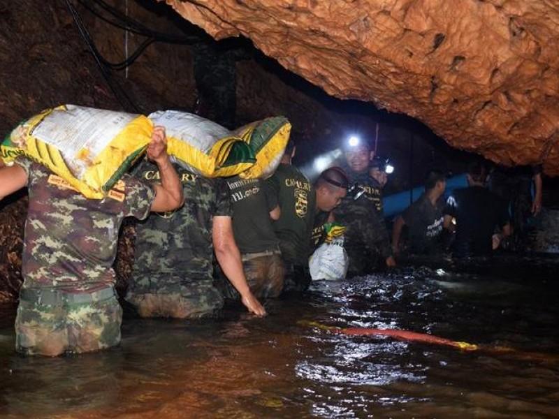 Hallan vivos a 12 niños atrapados en cueva