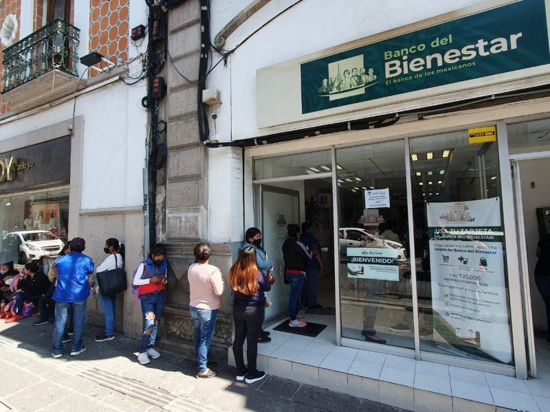 Hasta 6 horas esperan pagos en el Banco del Bienestar