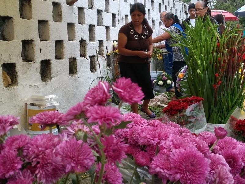 Reportan bajas ventas de flores en panteones