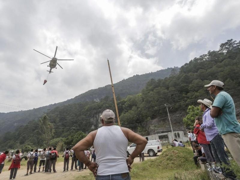 Helicópteros cisterna combaten fuego en Querétaro