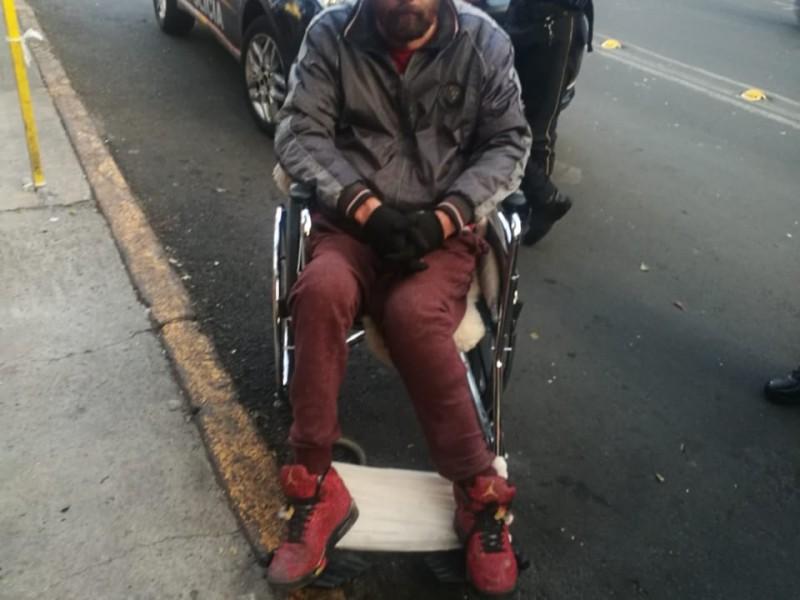 Hombre en silla de ruedas asalta un Oxxo