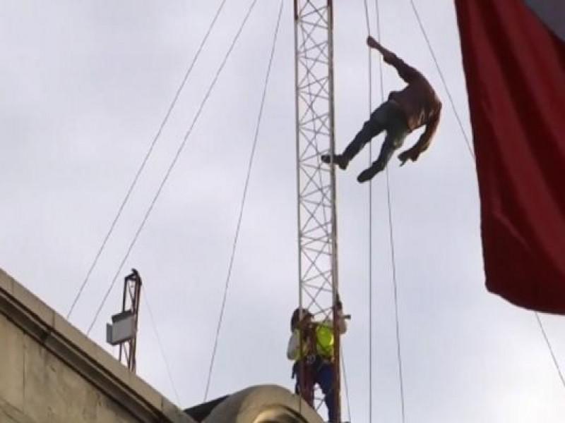 Hombre sube a antena en la CDMX