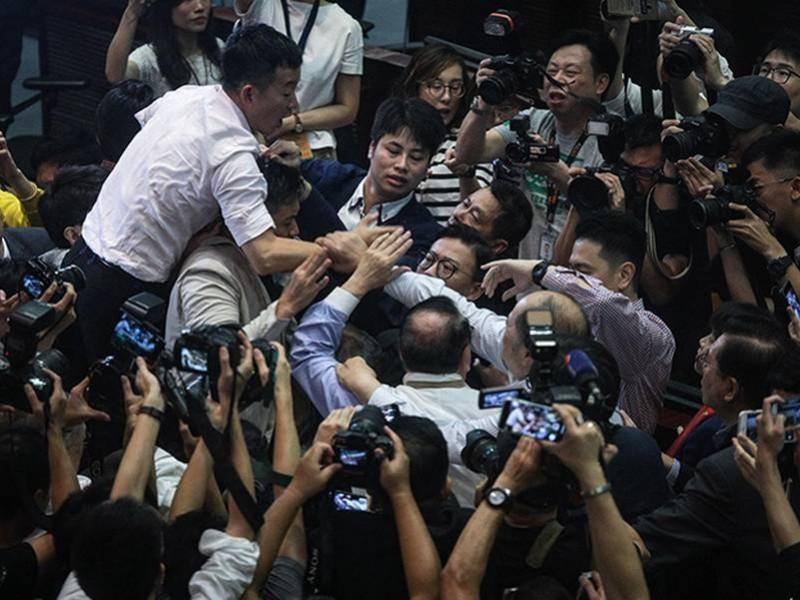 Hong Kong: Cuatro heridos tras trifulca en parlamento