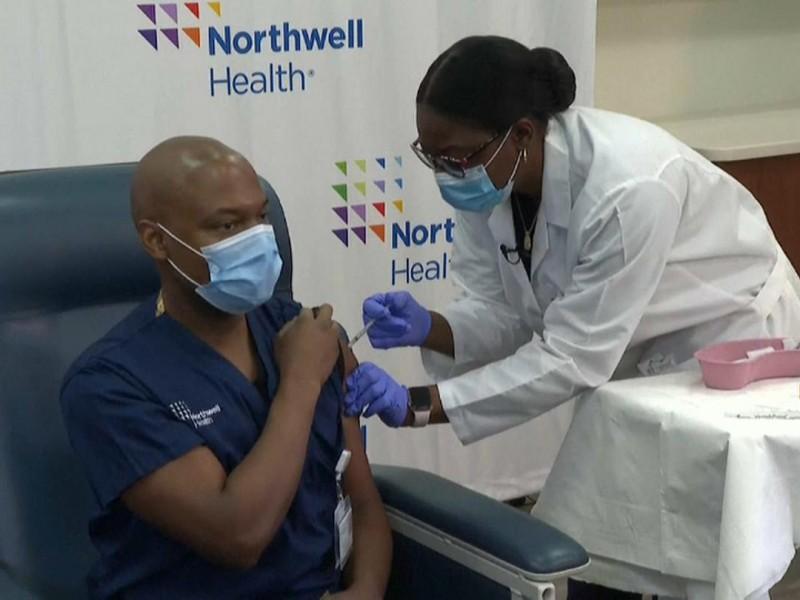 Hospitales en EEUU despiden a personal que negó vacunarse