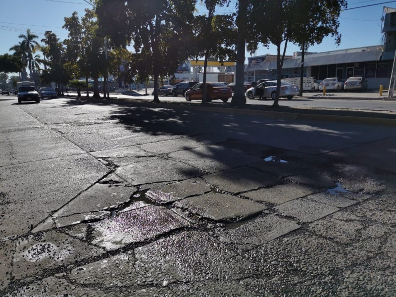 Hundimiento pavimento sobre el Jiquilpan, temen por aparición de socavón