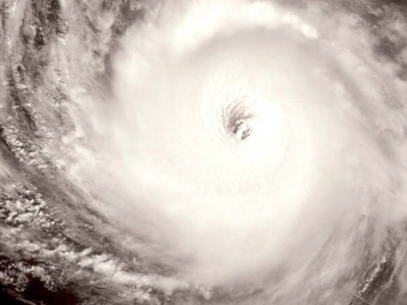 Huracán categoría 4 se aleja de México