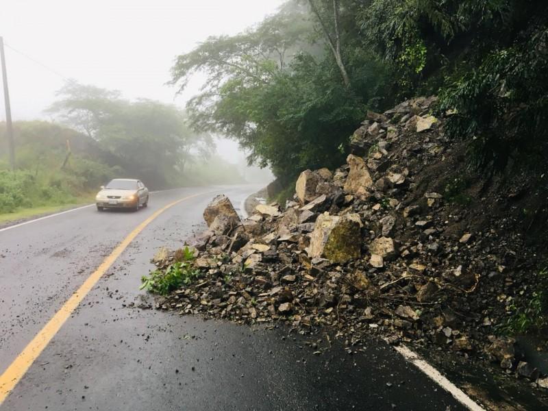 📹Huracán Willa causa derrumbes en carreteras federales