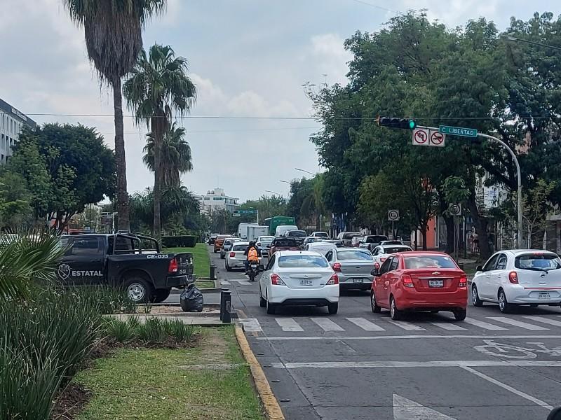 Ignoran conductores vueltas prohibidas en avenidas