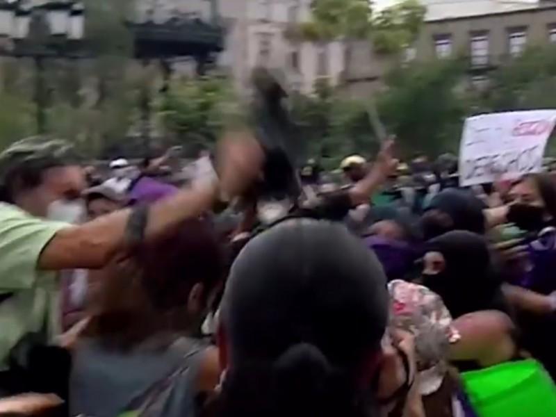 Acusan a fotógrafo por lesionar a joven durante manifestación feminista
