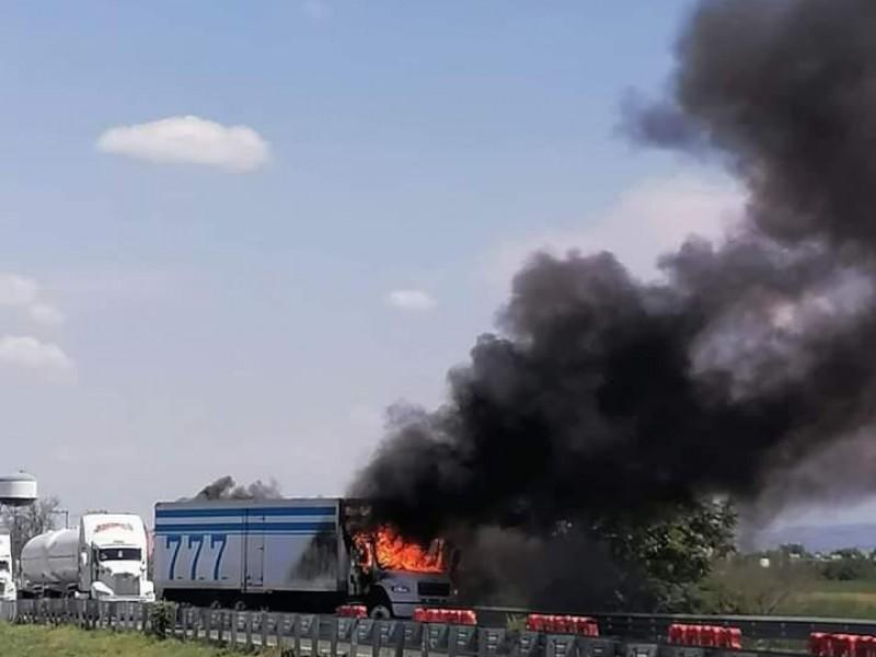 Incendian camión en Celaya