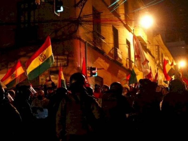 Incendian casa de gobernador oficialista en Bolivia