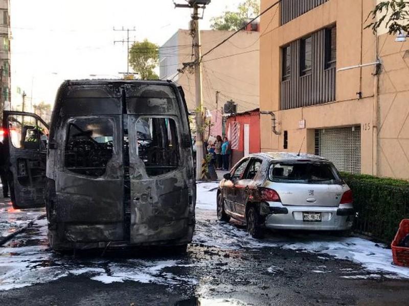 Incendian combi cerca de Metro La Raza