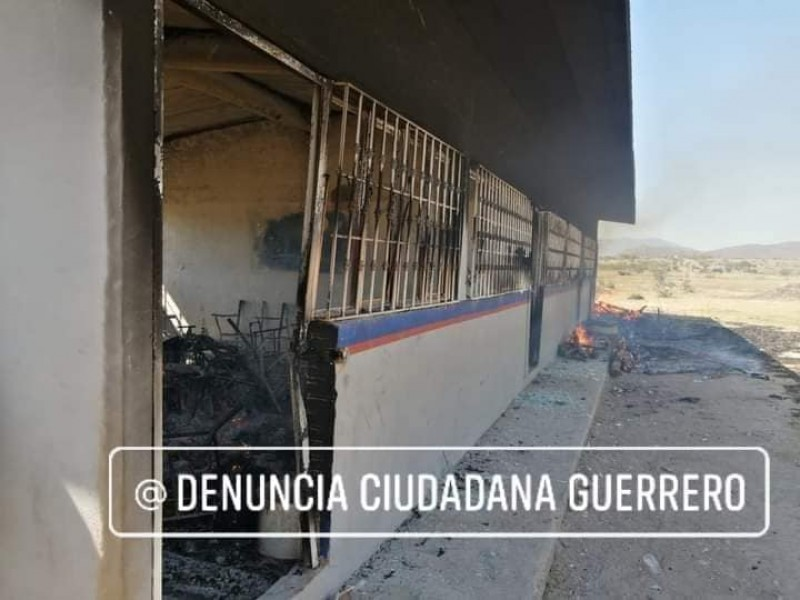 Incendian preparatoria y casas en Tecuiciapan por conflictos entre localidades