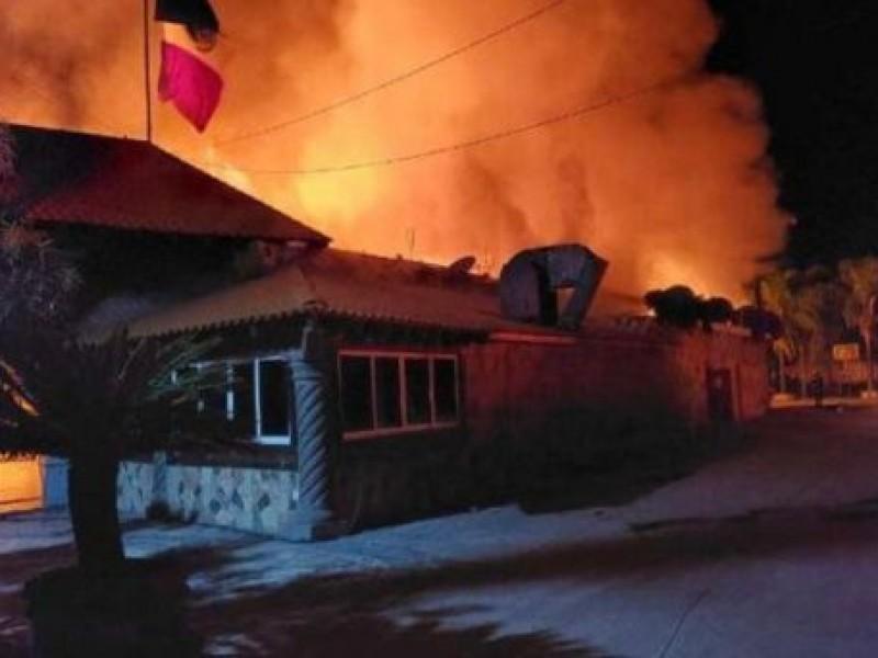 Incendian restaurante de carnitas y matan a dos personas