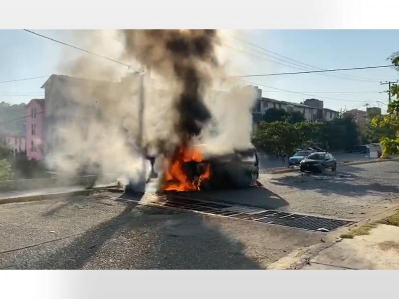 Incendian urvan pasajera en Infonavit El Hujal