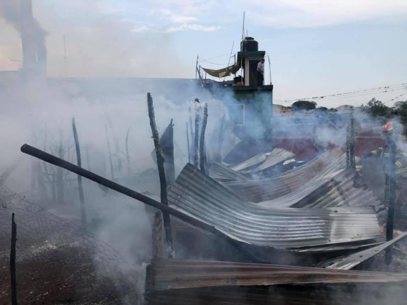 Incendio acaba con humilde casa en Mahuixtlán