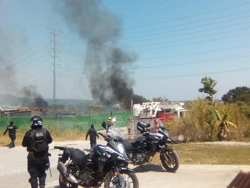 Incendio cerca de la SEV moviliza a cuerpos de emergencia