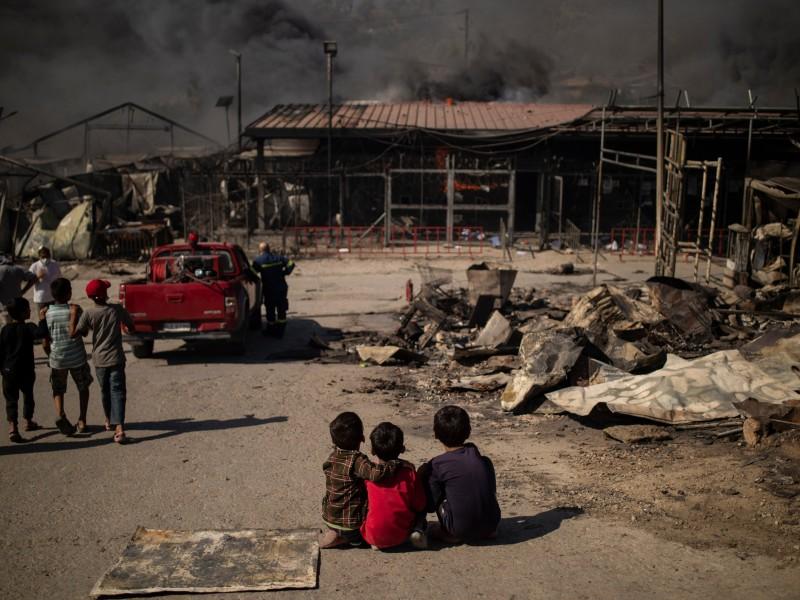 Incendio consume campo de migrantes en Grecia