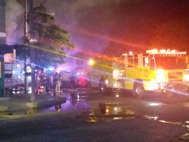 Incendio consume ferretería en el mercado Hidalgo en Zamora