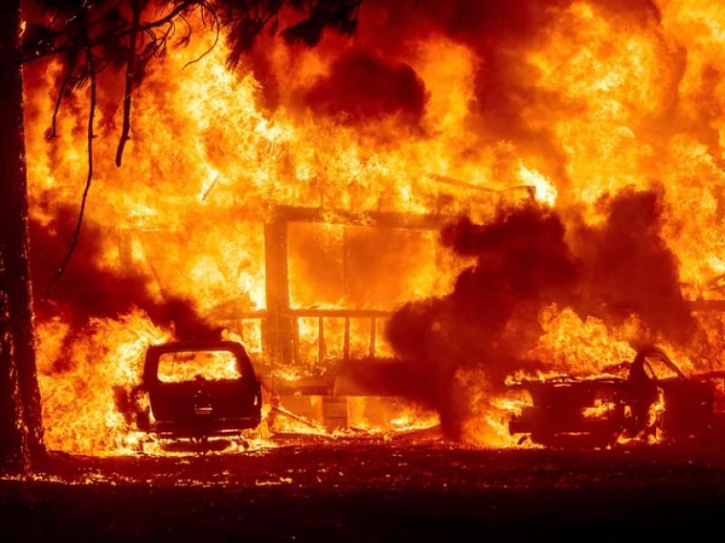 Incendio consume pueblo en California