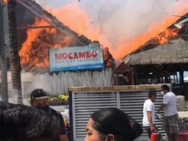 Video: Incendio consume restaurantes en Isla Mujeres