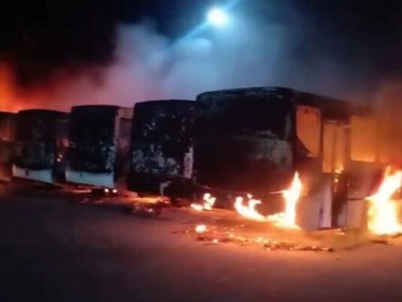 Incendio devora 18 autobuses en San Luis Potosí