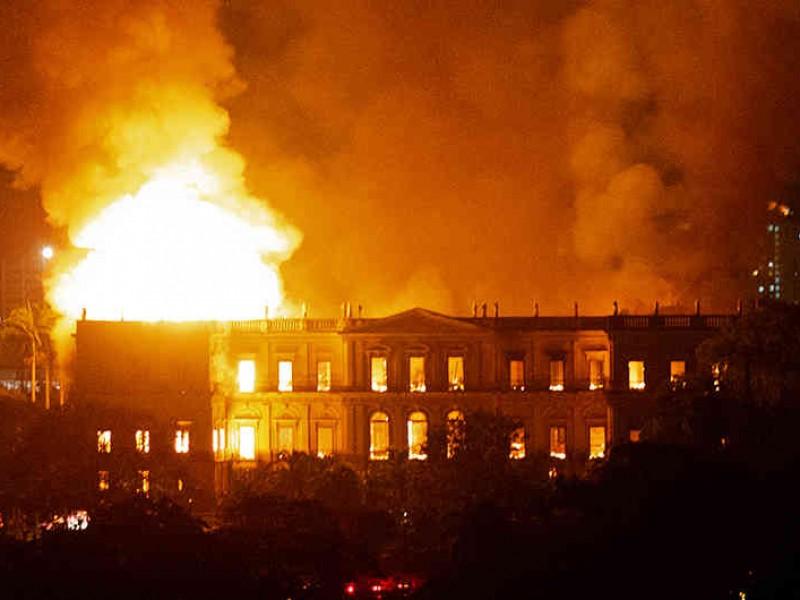 Incendio devora el Museo Nacional en Brasil