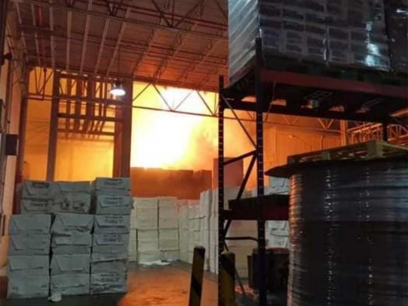 Incendio en bodega de Querétaro provoca movilización de bomberos