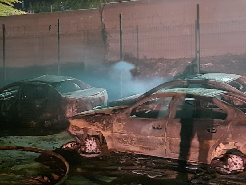 Incendio en corralón daña 40 vehículos