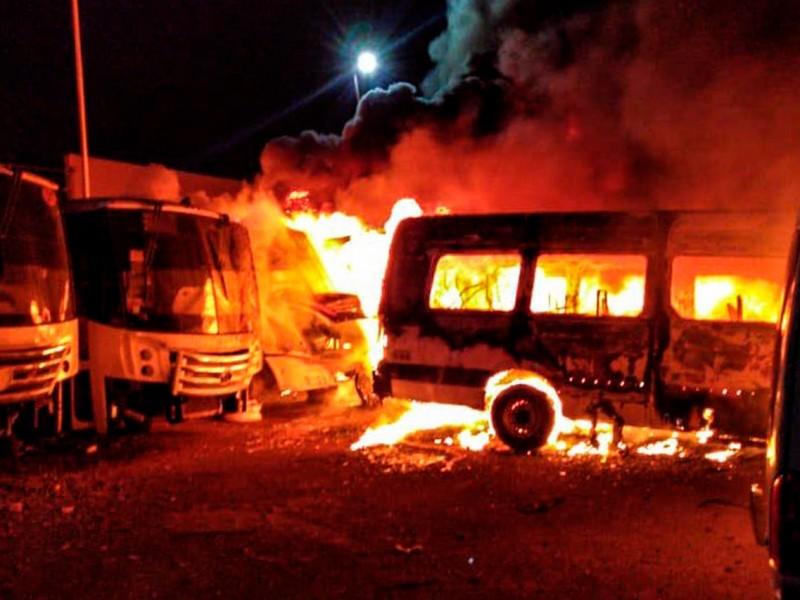 Incendio provocado pérdida de 30 vehículos