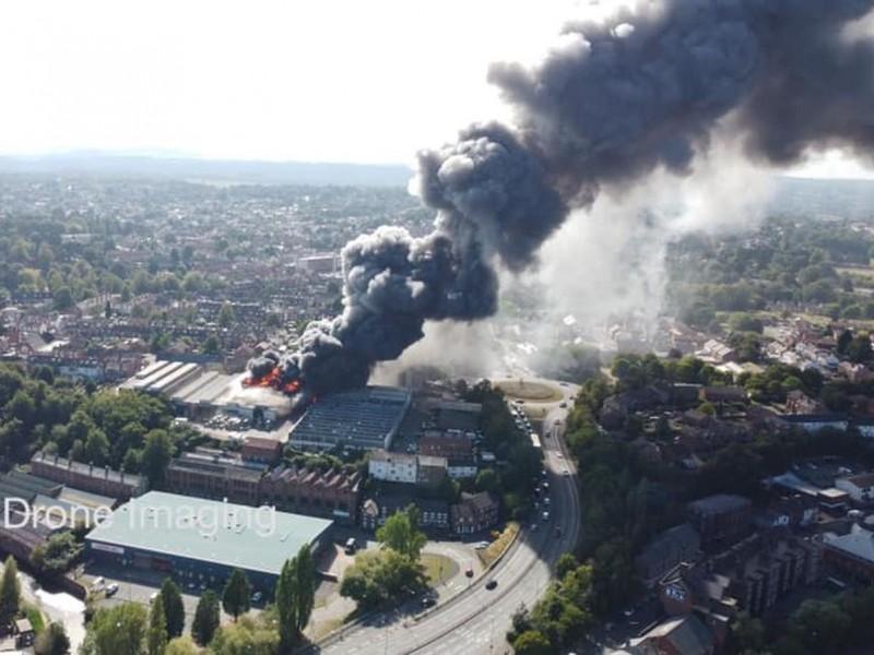 Incendios y explosiones impactan zona industrial de Kidderminster en Inglaterra