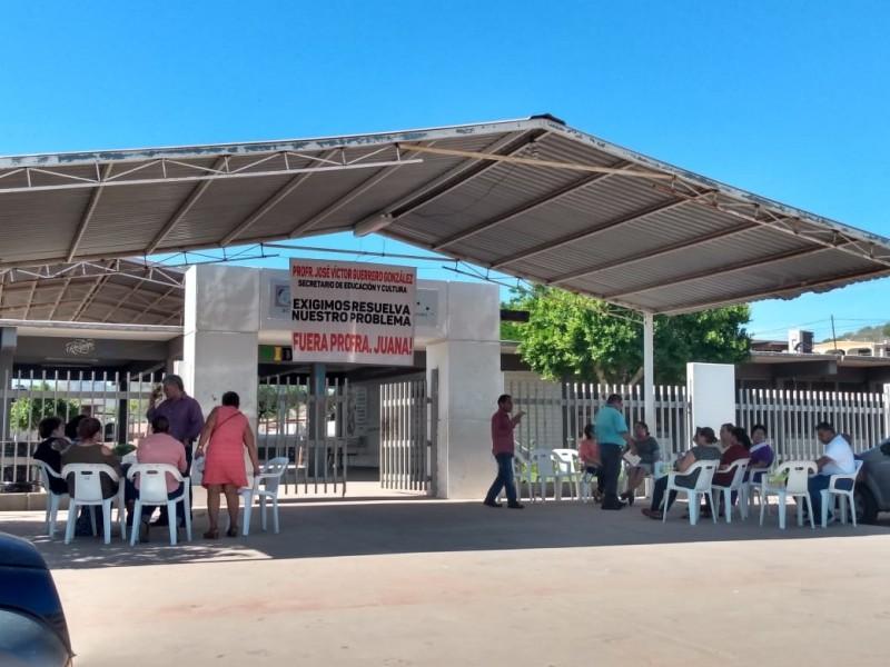 Inconformes maestros se plantan en escuela