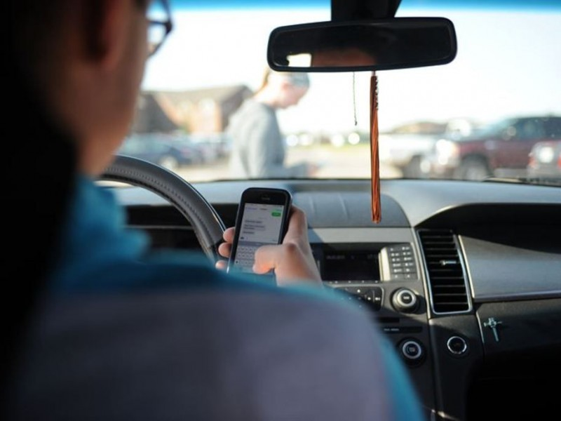 Incrementan accidentes por uso del celular