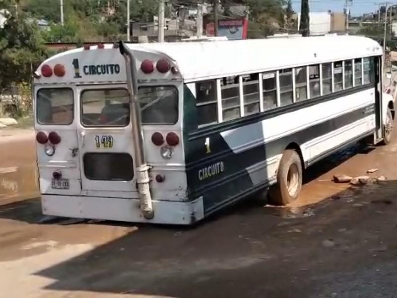 Indican vecinos de calle Apaches existe un pavimento fantasma