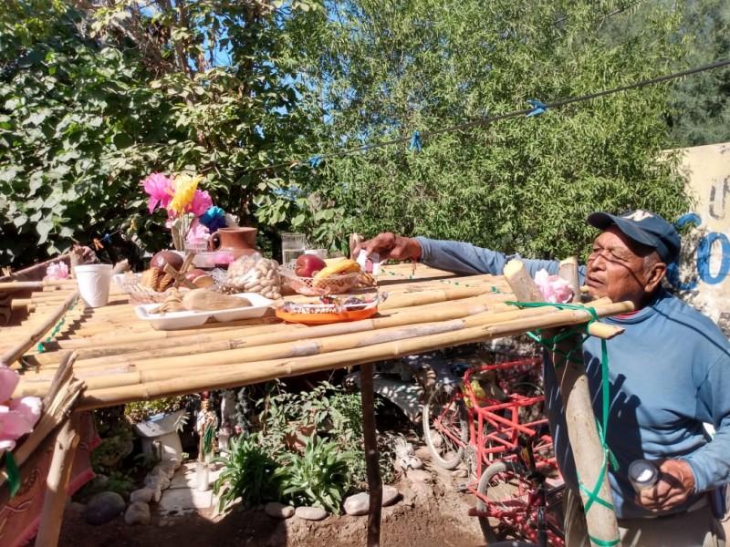 Indígenas Mayos instalan tapancos para sus fieles difuntos