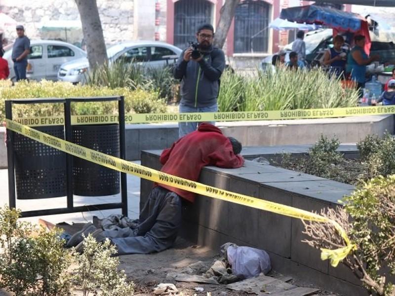 Indigente muere de hambre hincado frente a iglesia