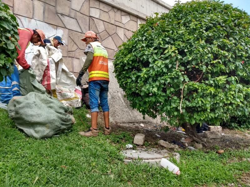 Indigentes contaminan Malecón del Río
