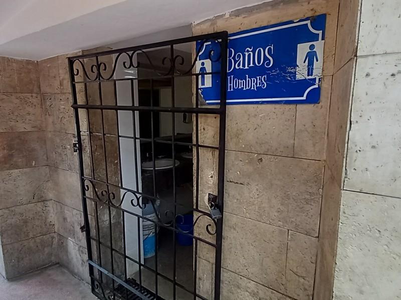 Indigna baños cerrados en Plaza de Armas de Torreón